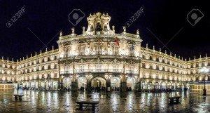46650910-célèbre-plaza-mayor-de-salamanque-la-nuit-castilla-y-leon-espagne