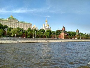 800px-Moscow_River_near_the_Kremlin_walls